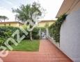 Immobiliare Cieffe - giardino di villetta a due passi dalla spiaggia della Versilia - Marina di Massa