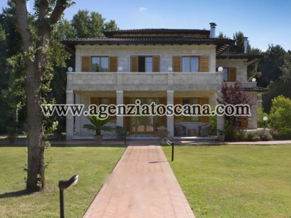 Important Elegant Villa In The Context Of Honor