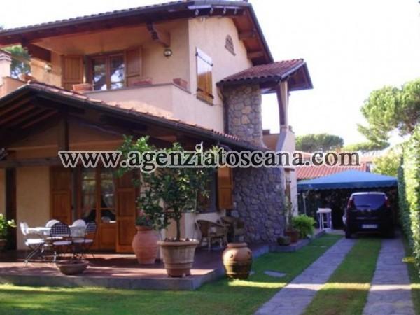 Villa Bifamiliare Con Giardino E Posti Auto