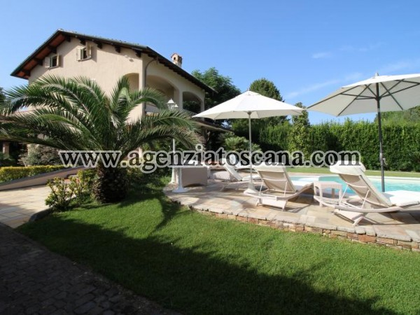 Important Villa With Swimming Pool