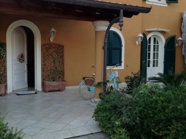 Riferimento 2120 - Villa Bifamiliare in Affitto a Forte Dei Marmi