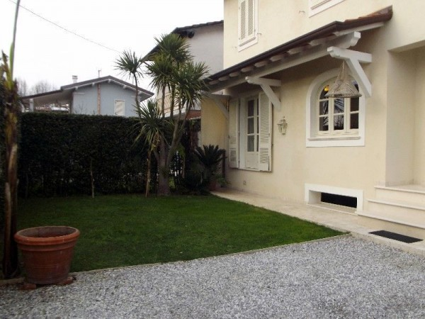 Riferimento 126-10 PL - Villa Bifamiliare in Affitto a Forte Dei Marmi