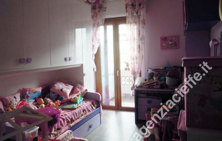 Agenzia Cieffe - camera da letto in appartamento da vendere nel centro di Marina di Massa