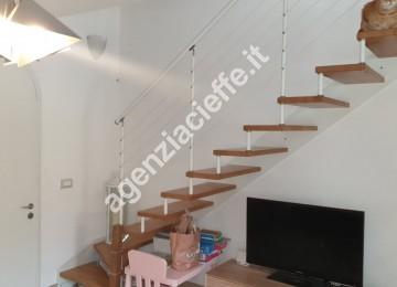 scala di collegamento in appartamento con vista sul Castello Malaspina a Massa
