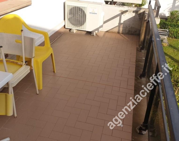 terrazza pranzabile in appartamento - si vende a Marina di Massa