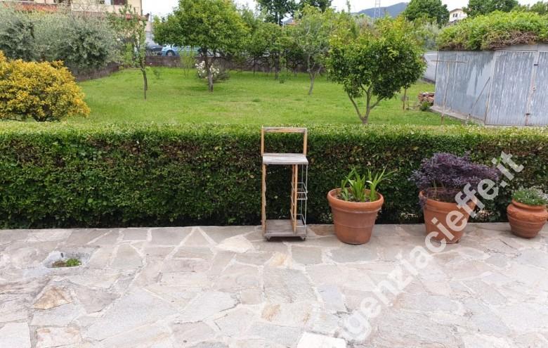 Agenzia Cieffe - giardino di villetta singola vicina al centro di Massa