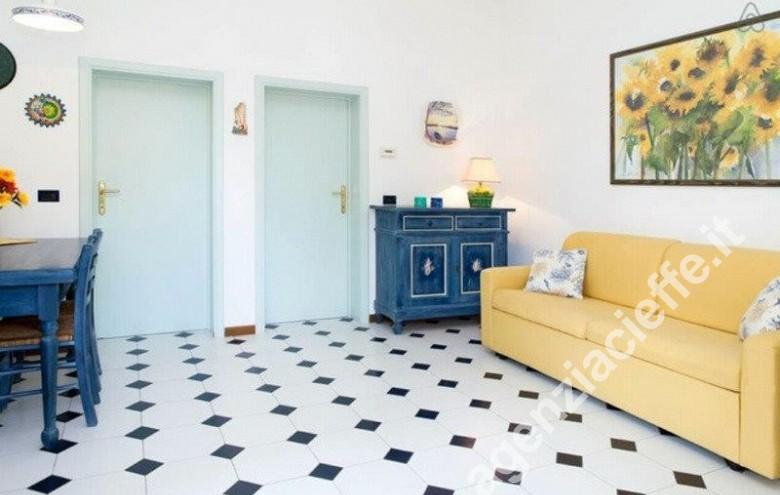 Agenzia Cieffe - Forte dei Marmi, villetta in vendita; soggiorno con giardino