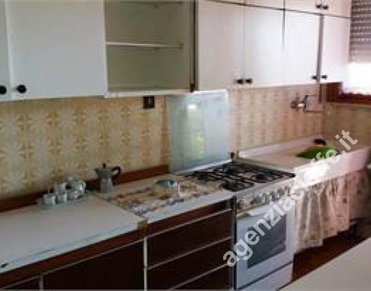 cucina in villetta a Marina di Massa - si vende a Ronchi con spiaggie sabbiose vicine alla rinomata Versilia