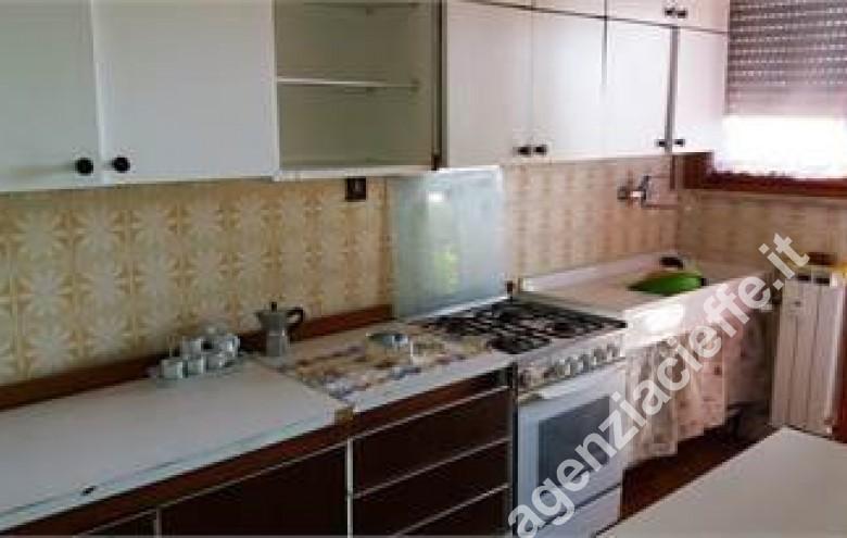 Agenzia Cieffe - cucina in villetta a Marina di Massa - si vende a Ronchi con spiaggie sabbiose vicine alla rinomata Versilia