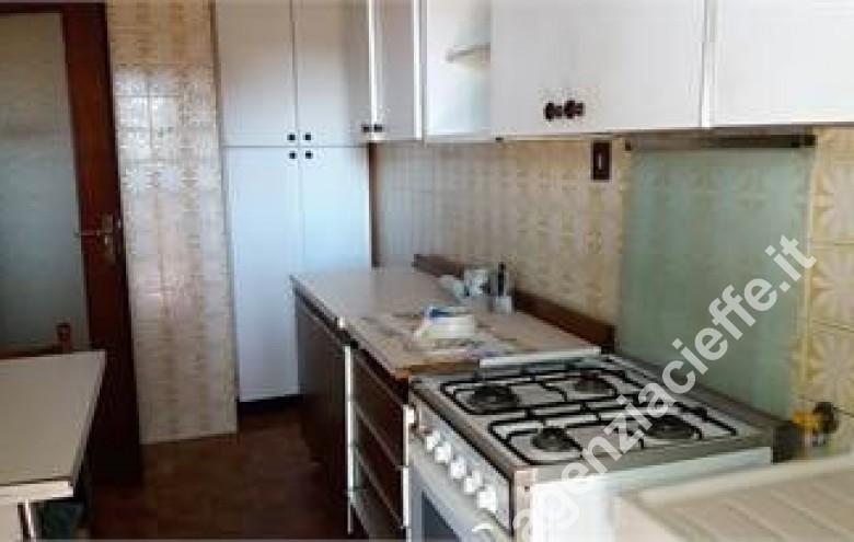Agenzia Cieffe - cucina in appartamento da vendere vicino al mare - Marina di Massa