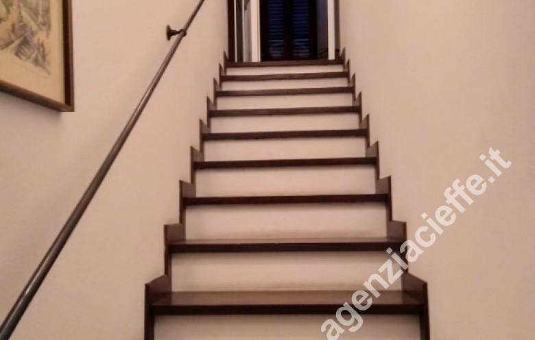 Agenzia Cieffe - vano scale bifamiliare forte dei marmi versilia @agenziacieffe.it