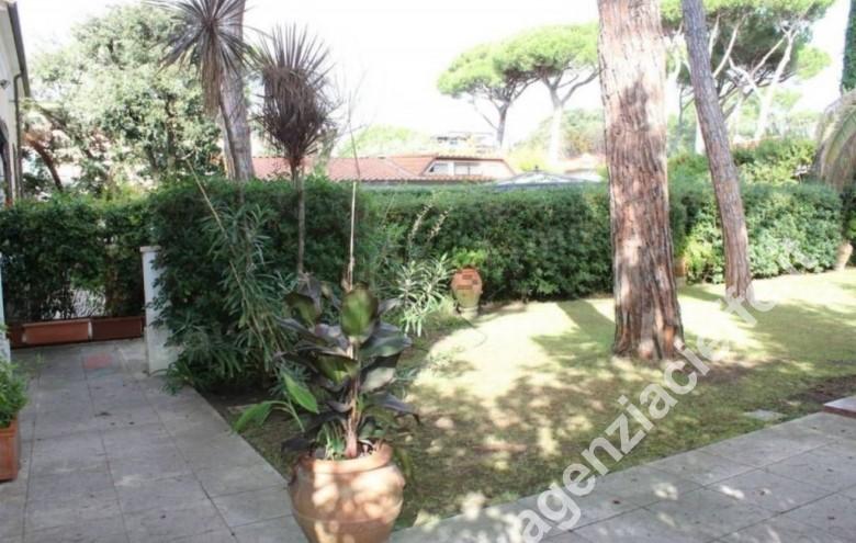 Agenzia Cieffe - giardino in villa bifamiliare a Forte dei Marmi @agenziacieffe.it