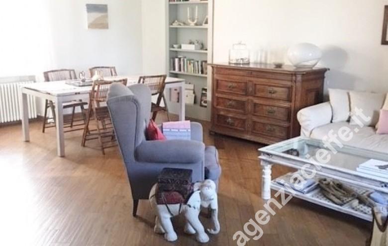 Agenzia Cieffe - salone in appartamento indipendente nel centro di Forte dei Marmi @agenziacieffe.it