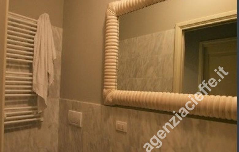 Agenzia Cieffe - ogni confort in questo appartamento da vendere nel centro di Forte dei Marmi - questo bagno identifica la qualità dei materiali utilizzati nel restauro effettuato