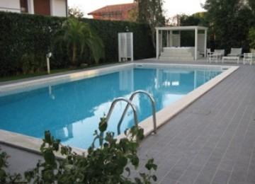 Vendesi villa con piscina a vi