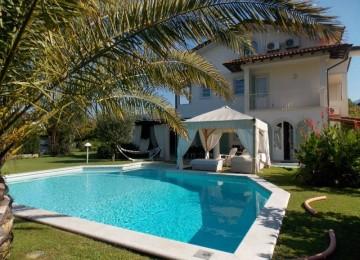Elegante villa con piscina per