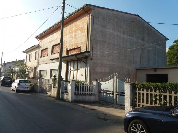 Riferimento 1T2014 - Capannone in Vendita a Viareggio