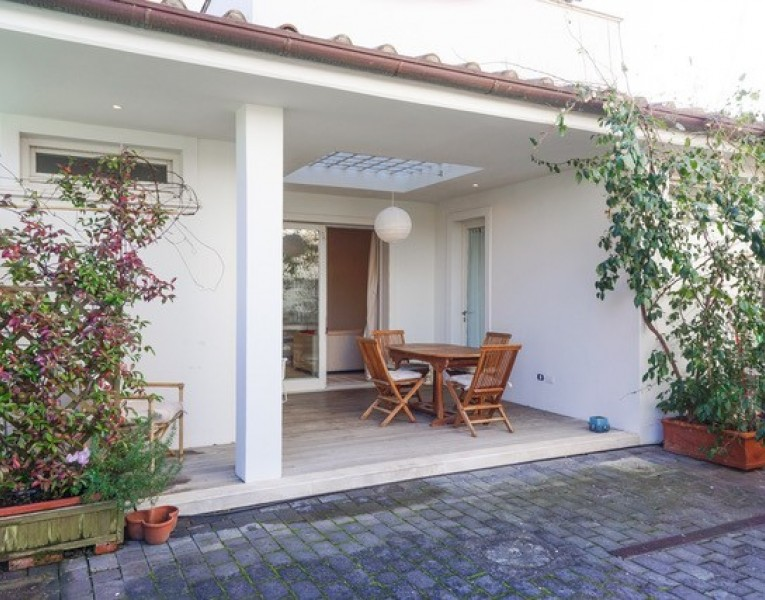 Villa bifamiliare ristrutturat