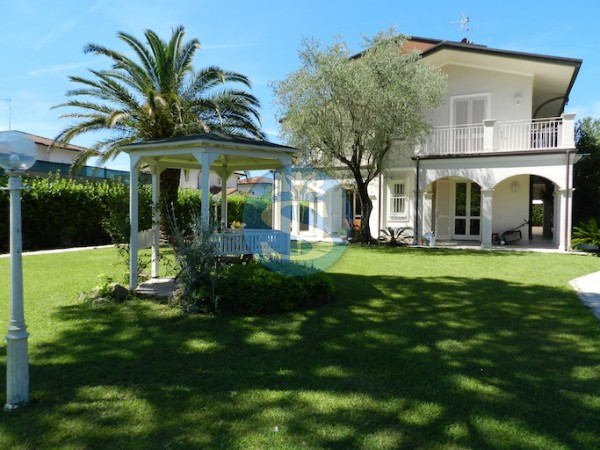 Riferimento SAJ311 - Villa in Affitto a Forte dei Marmi - VITTORIA APUANA